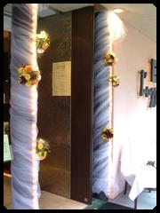 柱にも白いチュールを巻いてお花を付けました